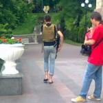Возле гостинницы «Украина» ходят неизвестные в домашних тапочках и с автоматом