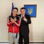 «Мустанга», раскрасившего шпиль в Москве, Аваков наградил именным боевым оружием