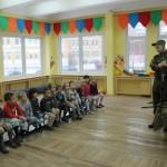 В одном из детских садов Питера детям объяснили как пользоваться автоматами и гранатометами
