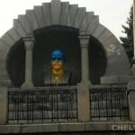 Уже пятого Ленина в Сибири покрасили в цвета флага Украины