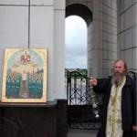 В Белгороде афонский священник провел литургию с иконой Иосифа Сталина.