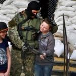 Боевики в Донецке детям раздают оружие