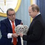 Путину в Кремле вручили императорскую корону (фото)