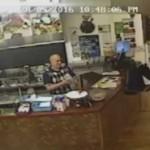 Грабитель не смог добиться внимания кассира, развернулся и ушел (видео)