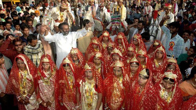 ВИндии невестам подарили 700 деревянных бит для защиты отмужей-алкоголиков