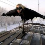 Это такое хобби – женщина ездит верхом на поездах и метро в костюме Zorro