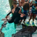 Певица Мэрайя Кэри с детьми решила поплавать среди акул