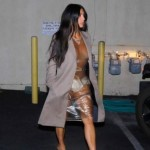 Ким Кардашян ходит в магазины в платье из клеенки