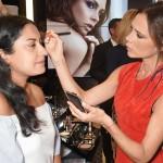 Виктория Бекхэм сделала макияж посетителям универмага в Лондоне