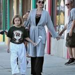 Анжелина Джоли посещает со своей дочкой школу карате