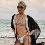 Леди Гага продемонстрировала себя в бикини после болезни
