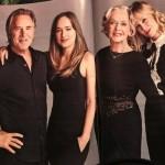 Звезда «50 оттенков серого» снялась со своей семьей в рождественской фотосессии