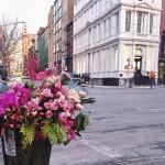 Американский флорист превращает урны в уличные букеты