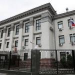 К посольству РФ в Киеве, несут покрышки