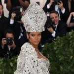 Рианна появилась на балу в костюме Папы Римского