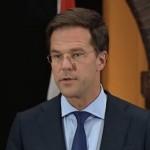 Премьер Нидерландов вымыл пол в здании парламента (видео)