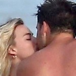 Марго Робби застукали с мужем на пляже  с поцелуями