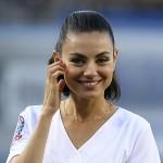Мила Кунис приняла участие в бейсбольном матче, хорошо «разогрев» спортсменов