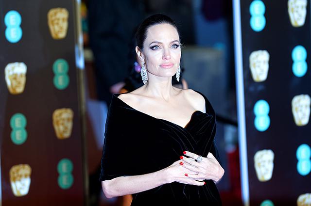 Черный ейклицу: Анджелина Джоли прилетела вПеру