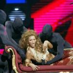 Фанат ворвался на сцену к Бейонсе во время ее выступления