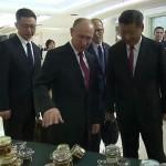 Китайский премьер в бешенстве — Путин подарил ему банку меда (фото)