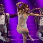 Дженнифер Лопес упала насцену вовремя концерта (видео)