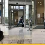 В Японии два кота два года пытаются зайти в музей, но им мешает охранник. За войной следят тысячи людей в Твиттере.
