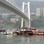 В Китае автобус упал в реку из-за драки пассажирки с водителем. Погибли 13 человек