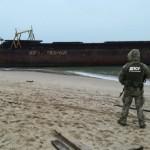 В Одессе на берег выбросило баржу с миллионами пачек контрабандных сигарет