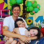 Милла Йовович опубликовала редкое семейное фото с мужем и дочерью