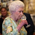 Видео дня: сколько коктейлей в день пьет королева Елизавета II