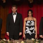 Меган Маркл в сверкающем топе с животиком посетила с принцем Гарри театр