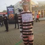 «Военный преступник Пыня В.В.». В Перми у ЦУМа к столбу привязали манекен с лицом Путина