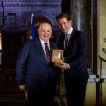 Канцлера Австрии наградили за борьбу против антисемитизма