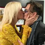 Джонни Депп заинтриговал фанатов страстным поцелуем с престарелой блондинкой