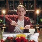 Маколей Калкин повторил культовые сцены из фильма «Один дома» в смешном рекламном ролике
