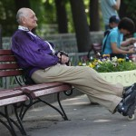 Пожилые люди, которые регулярно занимаются физкультурой, падают реже своих неактивных ровесников