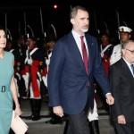 Король и королева Испании прилетели в Аргентину и час просидели в самолете. Для них не могли найти подходящий трап!