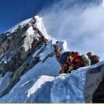 Альпинисты поднимающиеся на Эверест образовали двух-часовую пробку