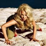 Памела Андерсон впервые в истории снялась для обложки Vogue «слегка» раздевшись