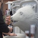 В Сан-Паулу фонтан в форме медведя раздает прохожим бесплатное пиво