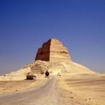 В ступеньчатой пирамиде обнаружили скелет ребенка.
