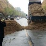 Эпидемия в Китае — подъезды к зараженным городам закрыли баррикадами, тоннели засыпали (фото + Видео)