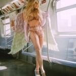 Пользуясь случаем,блогерша сделала эротическую фотосессию в пустом метро Нью-Йорка.